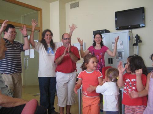 Taller de lenguaje de signos con niños y discapacitados.