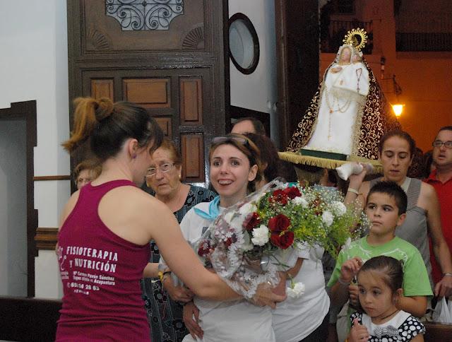 Melany García, ante la Virgen de la Piedad. Foto de Toñi Fuentes.