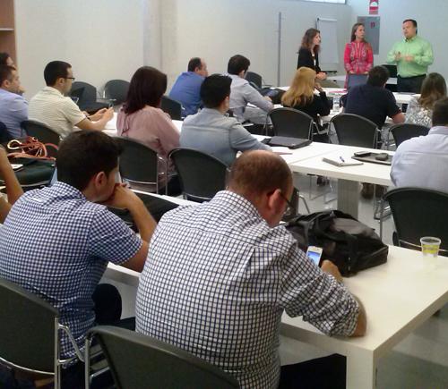 el director general del Consorcio Fernando de los Ríos, Ismael Perea, se dirige a los profesionales convocados al inicio de la jornada de trabajo