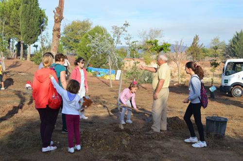 A la jornada de repoblación forestal acudió un gran número de vecinos y vecinas de La Roda.f2