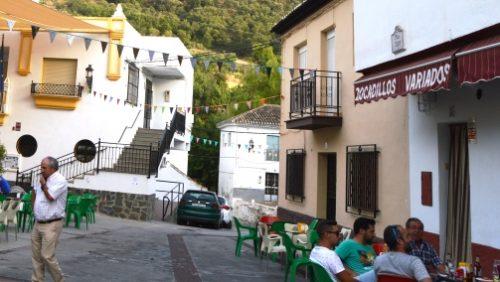 Banderines realizados por las usuarias del centro Guadalinfo decoran el pueblo
