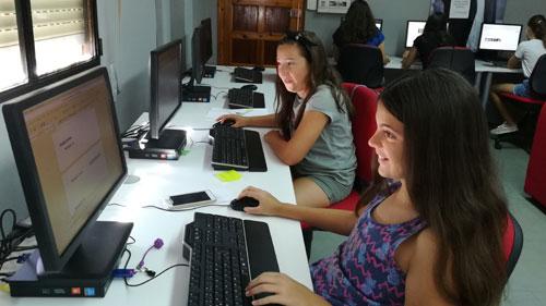 Jóvenes reporteras de Guadalinfo Illora (Granada) se inician en la edición de medios digitales